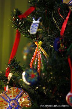 Una idea para hacer adornos navideños con reciclaje: como hacer adornos navideños con pajitas o canutillos. http://clarabelen.com/inspiraciones/203/manualidades-navidenas-como-hacer-adornos-de-navidad-pajitas-o-canutillos-de-plastico-recicladas/
