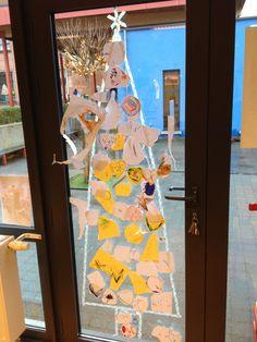 Een kerstboom met zelfgemaakte kerstballen uit papier