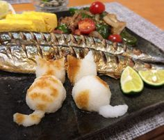 お魚美味しい🐱🐱 #おろし猫 #猫おろし  #正確にはどっちなのか #大根おろし#秋刀魚  #かわいい後ろ姿#ねこ#猫 #食べられないと嘆く旦那ちゃん