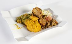 Prato tem xinxim de frango, feijão-fradinho, arroz , vatapá e caruru