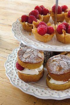 Mini almond victoria sponge cakes and lovely pastry cases Cake Recipes Uk, Tart Recipes, Fruit Recipes, Quick Recipes, Tea Ideas, Food Ideas, Craft Ideas, Mini Desserts, No Bake Desserts