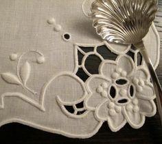 A perfeição do bordado Madeira da Bordal :) #bordal #handmade #madeiraembroidery #bordadodamadeira