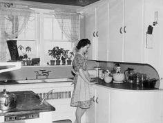looks like our old kitchen. oh what days those were! seeing mom in her kitchen. 1940s Kitchen, Old Kitchen, Vintage Kitchen, Kitchen Decor, Retro Kitchens, 1940s Home, Retro Home, Vintage Decor, Retro Vintage