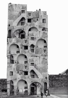 Procida, Napoli, 1968. Photoshopped from a real picture by Paolo Monti. Questa è un fake photoshoppato (l'edificio non è così) ma rende il discorso delle capacità combinatorie