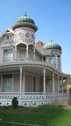 CURB APPEAL – moorish revival and onion domes of minneapolis, 1889 victorian house restoration. Victorian Architecture, Beautiful Architecture, Beautiful Buildings, Architecture Details, Beautiful Homes, Victorian Buildings, Moorish Revival, Usa House, Victorian Style Homes