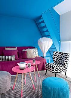 Un salon bleu dynamisé par du rose