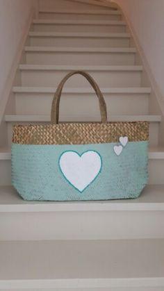 Lentegroene tas met wit hart afgezet met aqua lovertjes + 2 houten hartjes als versiering