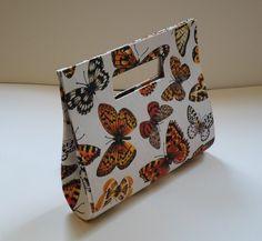 Feita utilizando a técnica da cartonagem com tecido 100% algodão. <br>O nome dessa bolsa foi dado pela artesã Claudia Wada em homenagem a sua filha.