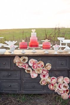 Pink cakes, pink flowers table scape