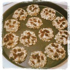 Due ingredienti di base per la preparazione di questi biscotti! Tutti gli altri saranno a fantasia e voglia d chi li cucina! Si parte con due banane e una tazza di fiocchi di avena.... #semplicitàincucina #ricettadelgiorno #dueingredienti #ingredienti #banane #fiocchidiavena #amore #fantasia #golosità #italianfoodbloggers #love #food #green #vegan #biscuits