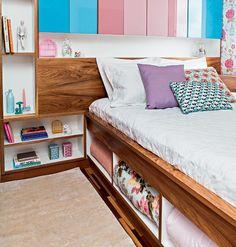 Os novos apartamentos têm metragens cada vez menores e os quartos, muitas vezes, parecem minúsculos. A impressão é de que não caberá nada além da cama e do armário. Casa e Jardim tem a solução: ocupar o espaço debaixo da cama. Em vez de optar por um modelo box, aposte em móveis com boas sacadas de marcenaria, com gavetões e nichos para acomodar roupa de cama, brinquedos e o que mais você quiser guardar. Veja ideias: