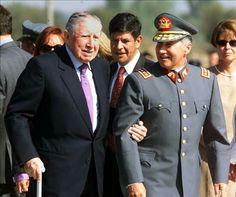 El General Pinochet a su llegada de Londres Chile, Fidel Castro, Captain Hat, Politics, History, Celebrities, People, Augusto Pinochet, Vintage Photographs