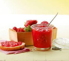 Die Kombination aus Erdbeere und Rhabarber ist klassisch. Mit dem Holunderblütensirup erhält das Duo duftenden Zuwachs.