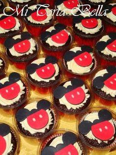 Cupcakes con buttercream y masa elástica