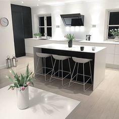 De sort/hvide farver er brugt konsekvent i @dorthewoldike's lækre #jkedesign køkken.