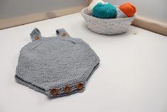 En esta entrada te damos todas las pautas para que tejas tu propio peto para bebé con tan solo dos ovillos de algodón. Van a estar preciosos este verano. Knitting For Kids, Baby Knitting Patterns, Hand Knitting, Knitted Baby Clothes, Knitted Hats, Tricot Baby, Baby Coat, Baby Hands, Crochet Projects