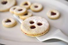 Jak chutná pravé linecké cukroví? Příběh slavného těsta a dva tradiční recepty Christmas Baking, Margarita, Doughnut, Cake, Desserts, Food, Tailgate Desserts, Deserts, Kuchen
