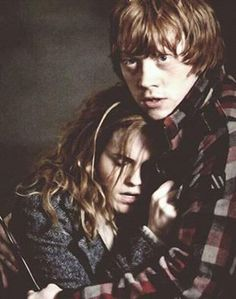 Aww Ron is such a good boyfriend to Hermione Ron Et Hermione, Ron Weasley, Hermione Granger, Hermoine And Ron, Harry Potter Cast, Harry Potter Love, Harry Potter Fandom, Harry Potter Couples, Fans D'harry Potter