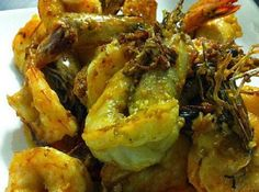 Learn how to cook Jackie M's very quick and easy prawns with salt and garlic recipe. It only calls for fresh prawns, oil, salt, garlic, and not much else. Asian Cooking, Cooking Oil, How To Cook Prawns, Malaysian Food, Malaysian Recipes, Prawn Dishes, Garlic Prawns, Asian Kitchen, Garlic Recipes