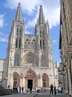 En Plaza de Santa María, Fachada Principal de la Catedral de Burgos, donde lucen filigranas en ventanales, esculturas y pináculos - Portal Fuenterrebollo