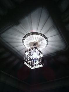 Lámpara jaula!!!me ha costado encontrar la jaula perfecta y conseguir ponerla pero al final!!!mariposas vuelan por encima de mi cama!!