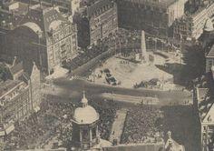 Op 4 mei 1956 onthult Koningin Juliana het Nationaal Monument op de Dam in Amsterdam.