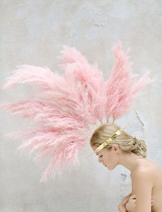 pink and gold feather crown mohawk . feminine and girly yet edgy and punk Poses Modelo, Feather Crown, Feather Headdress, Feather Headband, Josie Loves, Rosa Pink, Mario Testino, Tim Walker, Pink Feathers