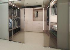 Nájomný byt Slnečnice, BA - harne   Dizajnový šatník, je oddelený presklenou plochou. V riešení boli použité aj uzavreté úložné priestory pre uskladnenie vzácnych kúskov odevov.