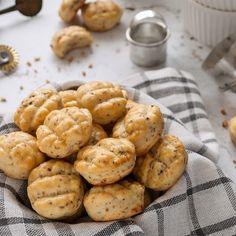 Gombás-juhtúrós pogácsa recept - Kifőztük, online gasztromagazin Pretzel Bites, Fungi, Sweets, Bread, Cookies, Recipes, Food, Crack Crackers, Mushrooms