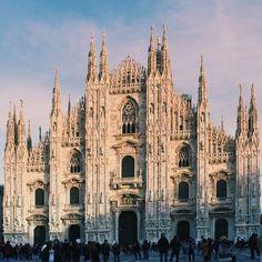 """7 интересных фактов из истории Дуомо:  1. 1386 г. начало строительства собора. До этого на месте собора стояли две базилики (Santa Tecla и Santa Maria Maggiore) которые сгорели. В 1075 г. было принято первое решение о строительстве великого Дуомо в Милане.  2. В Милане есть выражение """"a ufo"""" (""""бесплатно"""" или """"нахаляву""""). История этого выражения берет со времен строительства собора. Мрамор для строительства Дуомо был предоставлен бесплатно герцогом Джаном-Галеаццо Висконти. Грузы для собора…"""