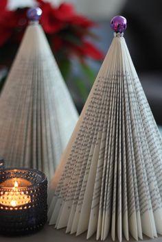 Juletræ af foldede bøger // bæredygtigt julepynt og genbrug // Christmas tree of folded books // Sustainable Christmas decoration and recycling
