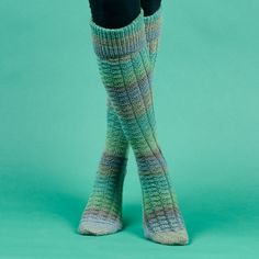 Knit a pair of Isar Knee Socks with a nice structured pattern. They are knitted from 2 skeins of Dolce Sock Wool Stripes which results in the nice color shifts. Knitting Patterns Free, Free Knitting, Free Pattern, Crochet Patterns, Knitting Gauge, Knitting Socks, Crochet Socks, Knit Or Crochet, Knitting Videos