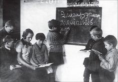 """Юные члены коммуны """"Соцсоревнование"""" готовят антирелигиозные лозунги к Пасхе, Харьковская область, 1939 год."""