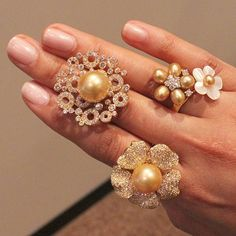 Have a golden Saturday! Love these pearls from @jewelmer #thisiscouture
