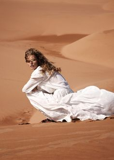 Summer of Style – Edita Vilkeviciute gets tapped for Mango's summer 2013 catalogue, posing in exotic sand dunes and tourist locales in the retailer's new styles. Desert Fashion, Look Fashion, Fashion Check, Hijab Fashion, White Photography, Fashion Photography, Desert Photography, Imperator Furiosa, Edita Vilkeviciute