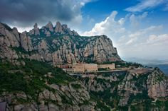 I this post we resume everything you need to know when visiting Montserrat Mountain and the Monastery near Barcelona! The iconic Montserrat in Catalonia, Spain, not to be confused with mountainous Caribbean island, is an exquisite site to visit. Barcelona Tours, Barcelona Travel, Barcelona Spain, Travel Deals, Travel Destinations, Travel Europe, Sites Touristiques, Location Villa, Thing 1