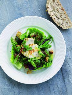 Salat vinaigrette med kylling og asparges  Norden møder Frankrig i denne sprøde salat, som vendes med en vinaigrette, dampede grønne asparges, grillstegt kylling og sprøde brødcroutoner.