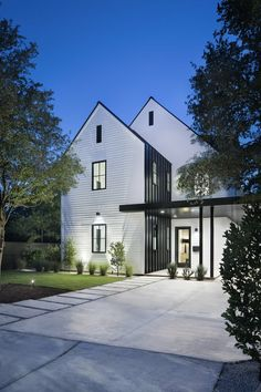 36 Popular Modern Farmhouse Exterior Design Ideas - The farmhouse exterior design absolutely mirrors the whole style of the house and the family convention too. The modern farmhouse style isn't just for. White Farmhouse Exterior, Modern Exterior, Exterior Design, Style At Home, Residential Architecture, Modern Architecture, Modern Farmhouse Style, Farmhouse Ideas, Farmhouse Decor