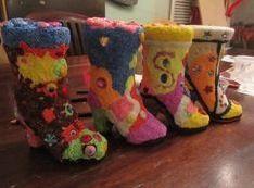 Terracotta spaarpot laarzen versierd met Foam Clay