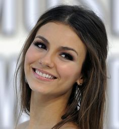 20 Pretty Victoria Justice Hairstyles (WITH PICTURES) Looking for celebrity hairstyle inspirations to change things up? Browse a full photo gallery of Victoria Justice hairstyles. Pick your pretty style today. Wedding Makeup For Brown Eyes, Wedding Makeup Tips, Natural Wedding Makeup, Wedding Makeup Looks, Bridal Hair And Makeup, Natural Makeup, Natural Face, Wedding Makeup For Brunettes, Bridesmaid Makeup Natural