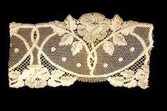 Guipure. ontworpen door Maria en Simon Castells, uitgevoerd in 1919. Aplic | Museu d'Arenys de Mar