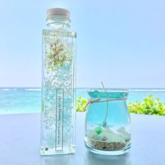 海のキャンドルとハーバリウムのセットとなります。◯レモングラスのフレッシュな香りの大人気の美しいビーチを再現したアロマキャンドル◯夏の涼やかな色合いのブルーハーバリウム============================♡Thirlaysのハーバリウムは、「Happy Birthday」などのメッセージをさり気ない透明ラベルでお1つずつ丁寧にハーバリウム瓶にお貼り致します(無料サービス)。大切な方へ想いを伝える贈り物としても、多くのお客様にご利用いただいております。【選べる透明ラベルメッセージ】①Happy Birthday②Happy Wedding③Thank You④Happy Mother's Day⑤Thirlays flowers(作品画像のラベルです)ご希望の番号を備考欄にご記...