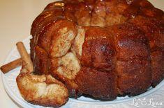 Pe valul cozonacului Rosencrantz am zis sa va mai arat o reteta de acelasi tip - acesta painica dulce, foarte populara in SUA (se mai numeste African coffee cake, sau Golden Crown, Pinch-me Cake and Bubbleloaf). Este formata din mici bilute de cozonac, caramelizate, cu scortisoara si unt - se rup cu mainile, o explicatie de ce se numeste Painea Maimutei :) Foarte buna, se termina repede si periculoasa pentru ca nu te poti opri din mancat - neaparat sa aveti o ceasca mare de ceai sau cafea pe… Monkey Bread, Sausage, French Toast, Pork, Food And Drink, Gem, Breakfast, Monkeys, Sweet