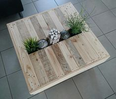 Coffee table made of recycled wood with Central tray for decoration Table basse en bois recyclé ave Wooden Coffee Table Designs, Wooden Pallet Table, Wooden Pallet Projects, Wooden Pallet Furniture, Wooden Dining Tables, Wooden Pallets, Diy Furniture, Pallet Bench, Pallet Tables