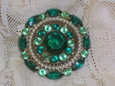 Vintage Green Rhinestone Brooch with a Round of Faux Pearls op Etsy, 16,44€