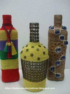 Garrafas recicladas com corda e pedras em vidro