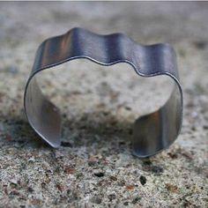 Alumiini-rannekorut on näyttäviä mut ihan huikeen keveitä. Joo ja AED-korut uppoo arkeen ja juhlaan - nähtiinpä niitä linnanjuhlissakin. #anuek #anuekdesign #aed #finnishdesign #uniquejewelry