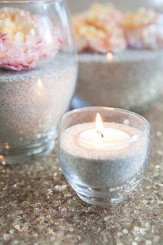 Quer aprender a fazer centro de mesa super fácil e muito charmoso? Então pega o potinho de vidro, um pouco de areia, escolhe uma flor bem bonita e vem ver como faz… Fotos: Mike Carreiro Phot…