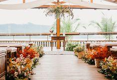Casamento pé na areia no final da tarde com estilo tropical em São Sebastião – Renata