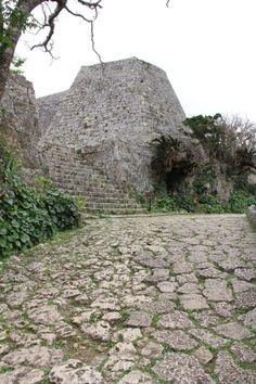 http://www.tabi-go.jp/14429/ チョッケツさんの投稿作品:中城城跡。「城」の字がダブっているわけではありません。